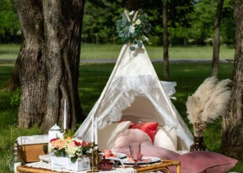picnic-and-pearls-teepee-with-florals