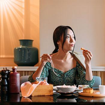 women_eating_dinner